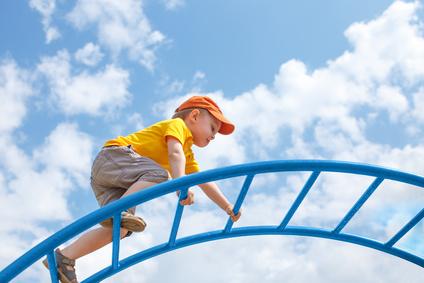 zdjęcie chłopca wspinającego się po drabinkach