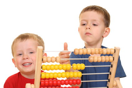 zdjęcie dwóch chłopców liczących na liczydle